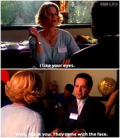 Ella: Me gustan sus ojos. Él: Bueno, gracias. Venían con la cara. - Sie: Mir gefallen Ihre Augen. Er: Nun, ich danke Ihnen. Sie kamen mit dem Gesicht.
