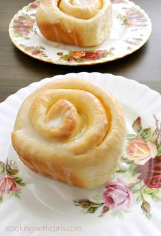 These delicious Lemon Curd Sweet Rolls are a perfect way to start the day with their tangy filling and sweet glaze! via These delicious Lemon Curd Sweet Rolls are a perfect way to start the day with their tangy filling and sweet glaze! Lemon Desserts, Lemon Recipes, Just Desserts, Baking Recipes, Sweet Recipes, Delicious Desserts, Dessert Recipes, Yummy Food, Simply Recipes