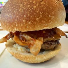 Hamburger con pancetta croccante salsa ai peperoni e gorgonzola