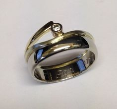 Uit eigen atelier: trouwring vermaakt tot nieuw sieraad in twee kleuren goud met briljant...