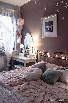 Pompony tiulowe w sypialni.