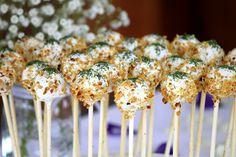 Hartige cakepops op houten stokje: Olijf, zongedroogde tomaat, pancetta cake met een topping van creamcheese en dille met geroosterde, fijngemaakte pijnboompitten