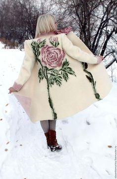Купить или заказать Пальто валяное Снежная роза в интернет-магазине на Ярмарке Мастеров. Нежное, пушистое, уютное, праздничное, красивое пальто. Почему так сладко пахнут розы, Принося сумятицу в сердца? Аромат цветов рождает грезы, Душу будоражит без конца. Сколько шарма, прелести, изыска, Сколько силы в царственном цветке! Лишь шипы – защита зоны риска – Оставляют след свой на руке. Розовый букет прекрасный свежий Восхищает и волнует кровь.