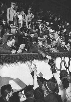 Adolf Hitler e Joseph Goebbels concedem  autógrafos a membros da equipe de patinação artística do Canadá durante os Jogos Olímpicos de Inverno.  Foto:  Garmisch-Partenkirchen, Alemanha, fevereiro de 1936.