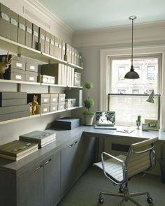 Oficina en el hogar con estanterías abiertas para tener todo a la mano
