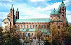 Catedral de Espira - Alemania. También conocida por Catedral Imperial-Basílica de Nuestra Señora de la Asunción y San Esteban, está situada en Alemania, en la ciudad de Espira, bajo advocación conjunta de Nuestra Señora de la Asunción y San Esteban. Enorme edificación de arenisca roja, es considerada uno de los más destacados ejemplos de arquitectura románica del mundo. Por su suntuosidad, forma parte de las llamadas catedrales imperiales de la zona de Renania-Palatinado.