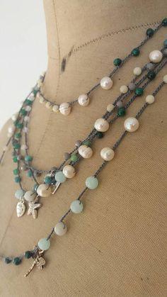Collana lunghissima realizzata a mano alluncinetto inserendo una a una le perline (perle dacqua dolce, perle barocche, avventurina, amazzonite, agata, cristalli) su filo di seta nero, charms libellula, stella marina, cuoricino.
