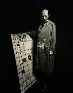 Piet Mondrian (Pieter Cornelis Mondriaan) in his studio. World wide known for his abstract art. And as Mondriaan is hard to pronounce in English. Most call him Mondrian. Piet Mondrian, Dutch Artists, Famous Artists, Great Artists, Artist Art, Artist At Work, Van Gogh, Dutch Painters, Art Moderne