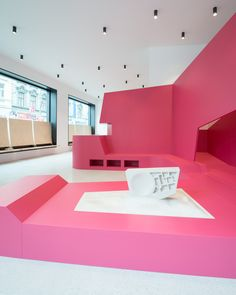 Himbeerroter Indoor-Spielplatz: Kinderarztpraxis in Wien - DETAIL - Magazin für Architektur + Baudetail