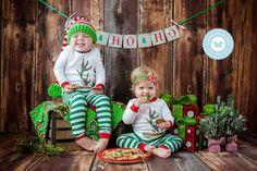 Irmãos com pijama de natal