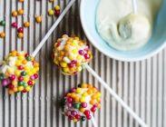 Kakkutikkarit, resepti – Ruoka.fi Joko, Colorful Cakes, Cake Pops, Cereal, Breakfast, Desserts, Party Ideas, Kids, Cake Pop