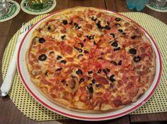 Pizza vegetariană cu sos de pizza, mozzarela, legume, ciuperci, ceapă, usturoi, măsline şi ardei gras