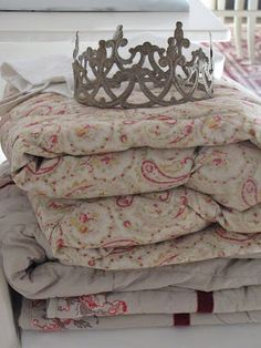 quilts and crown                                                                                                                                                                                 Mais