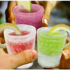 De tray met shotglazen houdt tot wel 4 bevroren glazen. Na een aantal uurtjes in de diepvries, heb jij weer een nieuwe set shotglazen! Ideaal voor de betere cocktailavonden! Voor de beste shotjes vries je geen water, maar een non-alcoholisch ingrediënt van de shot in. Zo kun je alle kleuren glas maken die je wilt en je voegt nog extra smaak toe ook! €4,95