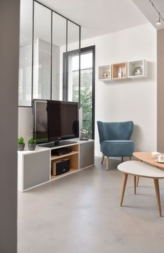 The interior canopy, a rich idea to separate two rooms without real partition or big jobs. In a living room, a kitchen, a bedroom, the glass roof invites Interior Design Color Schemes, Salon Interior Design, Interior Design Photos, Living Room Tv, Home And Living, Modern Tv Units, House Cladding, Home Design Plans, Küchen Design