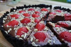 chokoladetaerte, no-bake, jordbaer, hakkede-mandler, chokolademousse, oreos, opskrift, soede-sager, kage, dessert