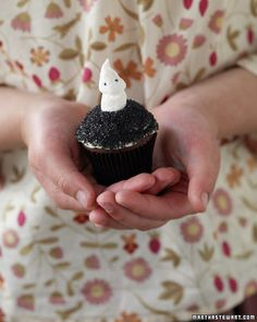 Marshmallow Ghost Cupcake... the ghost is just two mini-marshmallows stuck together after you roll the top one between your fingers.  Aww