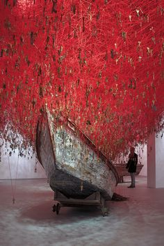 Contemporary Japanese artist Chiharu Shiota has created an immersive and wholly intricate instillation of intertwined yarn titled «The Key In The Hand».