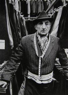 Markéta Luskačová, Man selling trousers, Petticoat Lane 1974
