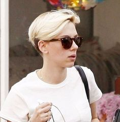 Scarlett Johansson With Very Short Blonde Hair - Shopping in Santa Monica, Feb. Scarlett Johansson Style, Outfits, Clothes and Latest Photos. Long Pixie Hairstyles, Girls Short Haircuts, Short Hairstyles For Women, Blonde Hairstyles, Short Hair Cuts, Short Hair Styles, Scarlett Johansson Hairstyle, Cute Pixie Cuts, Corte Y Color