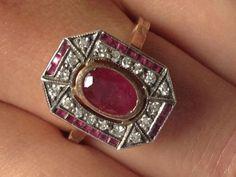 art deco ring met grote en kleine robijnen en diamanten