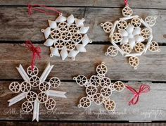Snowflakes with dry pasta Eventually Mamma arrives- Fiocchi di neve con pasta secca Diy Christmas Gifts For Kids, Christmas Tree Toy, Homemade Christmas Gifts, Holiday Crafts, Holiday Ornaments, Christmas Decorations, Christmas Pasta, Pasta Crafts, Holiday Centerpieces