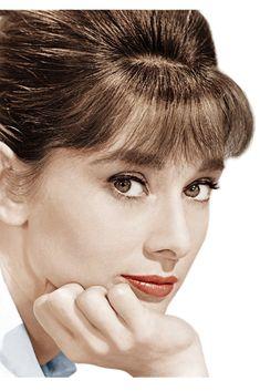 Audrey Hepburn es un icono en todos los sentidos. Su belleza y estilo personal nos inspiran década tras década.