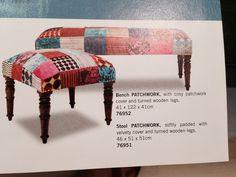 adoro os banquinhos coloridos de tecido pras laterais da sala