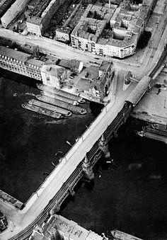 Berlin 1930 Die Oberbaumbruecke (oben rechts der nicht mehr existierende Hochbahnhof Osthafen)