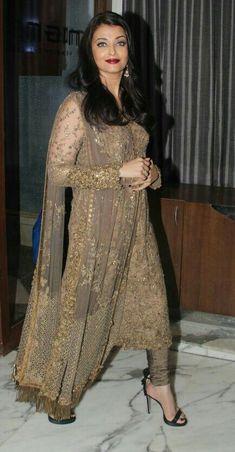 aishwarya rai in indian wear Walima Dress, Pakistani Bridal Dresses, Pakistani Dress Design, Pakistani Outfits, Indian Outfits, Balochi Dress, Dress Indian Style, Indian Dresses, Indian Wear