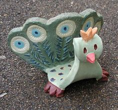 ...6 Schablonen und Anleitungsmaterial *Eule, Fledermaus, Geier, Pfau, Vogel (fliegend), Vogel (stehend)* für den Kindergarten, die Grundschule, den K Ceramic Birds, Ceramic Animals, Clay Crafts For Kids, Baking Clay, Sponge Holder, Air Dry Clay, Clay Projects, Clay Creations, Clay Art