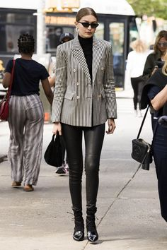 Every single time Gigi Hadid was our ultimate style crush - Celebrities Female Gigi Hadid Looks, Bella Gigi Hadid, Gigi Hadid Style, Bella Hadid Outfits, Minimalist Fashion, Daily Fashion, Ideias Fashion, Celebrity Style, Street Style
