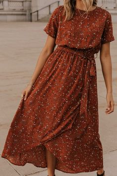 Modest fashion 685391637026965514 - Meyerson Floral Maxi Rust wrap maxi perfect for bridesmaids, a night on the town, or church. This rust floral maxi is maternity friendly and extra comfortable. See more modest dresses on our boutique site. Source by Fall Floral Dress, Cute Floral Dresses, Elegant Dresses, Casual Dresses, Sexy Dresses, Formal Dresses, Pretty Dresses, Simple Dresses, Floral Dress Outfits