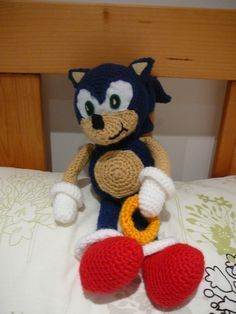 Sonic the Hedgehog! Made from a pattern courtesy http://wolfdreamer-oth.blogspot.co.nz/ Love.