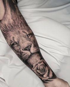 Tatuagem criada pelo tatuador brasileiro Diogo Santos. Conheça outras artes incríveis desse artista.    Tatuagem de leão em realismo preto e cinza no braço. Tattoo Art, Ink, Projects, Lion Tattoo, Backyard Ideas, Tattoo Man, Saints, Artists, India Ink