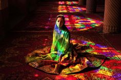 世界中の女性を撮り集めたら、色々な美しさがあることがわかった http://www.huffingtonpost.jp/2015/02/19/women-around-the-world-show-beauty_n_6710644.html?ncid=fcbklnkjphpmg00000001 イランの街シーラーズにあるモスク「ナスィーロル・モルク」で撮影