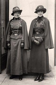 1918年、カナダで撮影された看護師の写真。 Harris & Ewing Collectionの内の1枚。 かつては看護師の制服にケープはつきもので地域を問わず導入されていた。