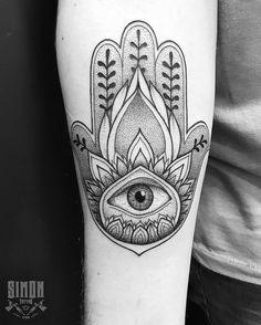 Tatuagem feita por Marcelo Simon de Santa Catarina. Hamsa em pontilhismo no antebraço.