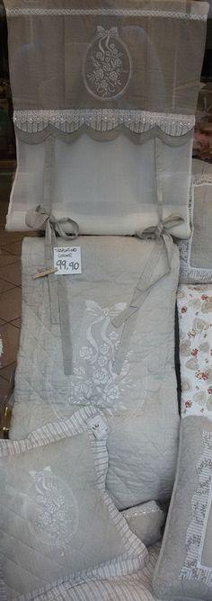 Completo letto trapuntato con tenda e cuscino abbinati, disegno Bouquet. Da Spugna Riccione.