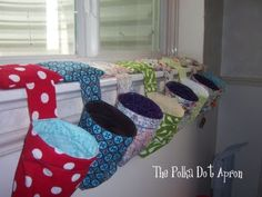 The Polka Dot Apron: Thread Catcher Tutorial I'm thinking cd use some of that tough webbing that comes wrapped round parcels/boxes to keep the 'mouth' open. Cannot find 'belting' at usual haberdashers as mentioned here in this tutorial. Sewing Hacks, Sewing Tutorials, Sewing Crafts, Sewing Projects, Sewing Patterns, Sewing Kit, Sewing Basics, Hand Sewing, Thread Catcher Pattern