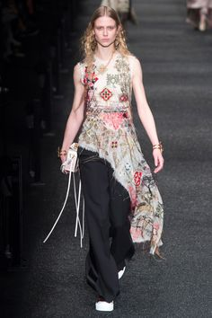 Alexander McQueen Fall 2017 Ready-to-Wear Fashion Show Imparaticci this is what mcqueen stand for nowadays ?