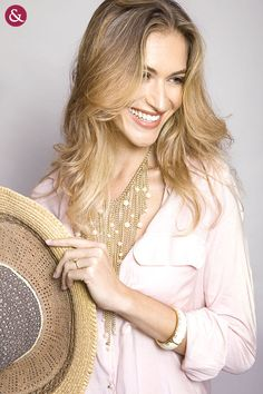 Um colar com detalhes em pérola arrasa com uma camisa rosada, estilo Lady Like.