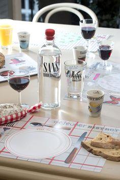 De l'eau sans modération et des sets de table pour créer l'ambiance en fonction de ses invités