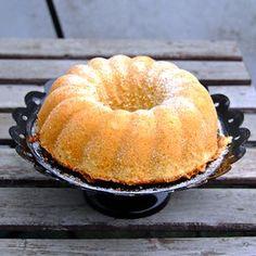 Ett nostalgiskt och fantastiskt gott recept på klassisk sockerkaka. Det bästa receptet att baka till fika eller kalas. Swedish Recipes, Sweet Recipes, Grandma Cookies, Cookie Box, Pound Cake, Kitchen Recipes, I Foods, Goodies, Dessert Recipes