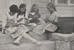 Fuente: http://knitwitsblog.tumblr.com/post/16564440133/girls-knitting-1918-by-ua-archives-upper
