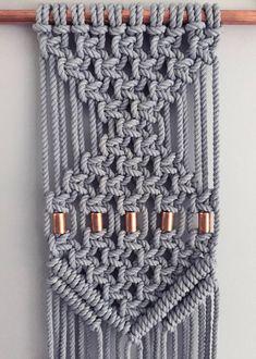Suspension en macramé fait à la main -À la main-noué à l'aide d'une corde en coton naturel 100 %, teinté à la main -Disponible en plusieurs couleurs -À environ 9 x 34 pouces, sur un tuyau de cuivre de 14 pouces, cette pièce s'intègre parfaitement dans n'importe quel espace, sur son