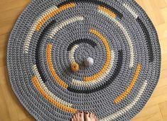 Alfombra redonda de trapillo gris con rayas Crochet Carpet, Crochet Home, Homemade Rugs, Knit Rug, Macrame Plant Hangers, Fabric Yarn, Crochet Handbags, Crochet Round, Boho Diy