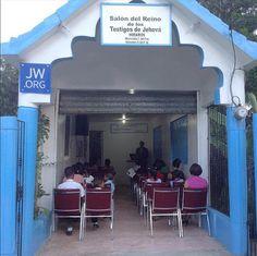 Hay dieciocho publicadores felices en esta salon del reino en Valle Juelo, República Dominicana. Przetłumacz