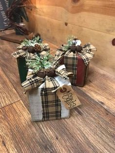 small ornaments Christmas Wood Crafts, Christmas Signs Wood, Primitive Christmas, Outdoor Christmas, Diy Christmas Gifts, Country Christmas, Homemade Christmas, Christmas Projects, Rustic Christmas Ornaments