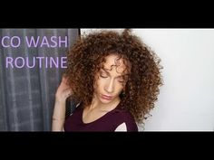 Co-wash, no poo, low poo...des mots qui doivent vous sembler familier si vous aussi vous faites partie du curly gang! Depuis ces dernières années, on entend beaucoup parler d'alternatives plus douces pour laver ses cheveux, mais sans forcément savoir en quoi ça consiste ou même comment bien l'effectuer. Alors aujourd'hui zoom sur la nouvelle routine…